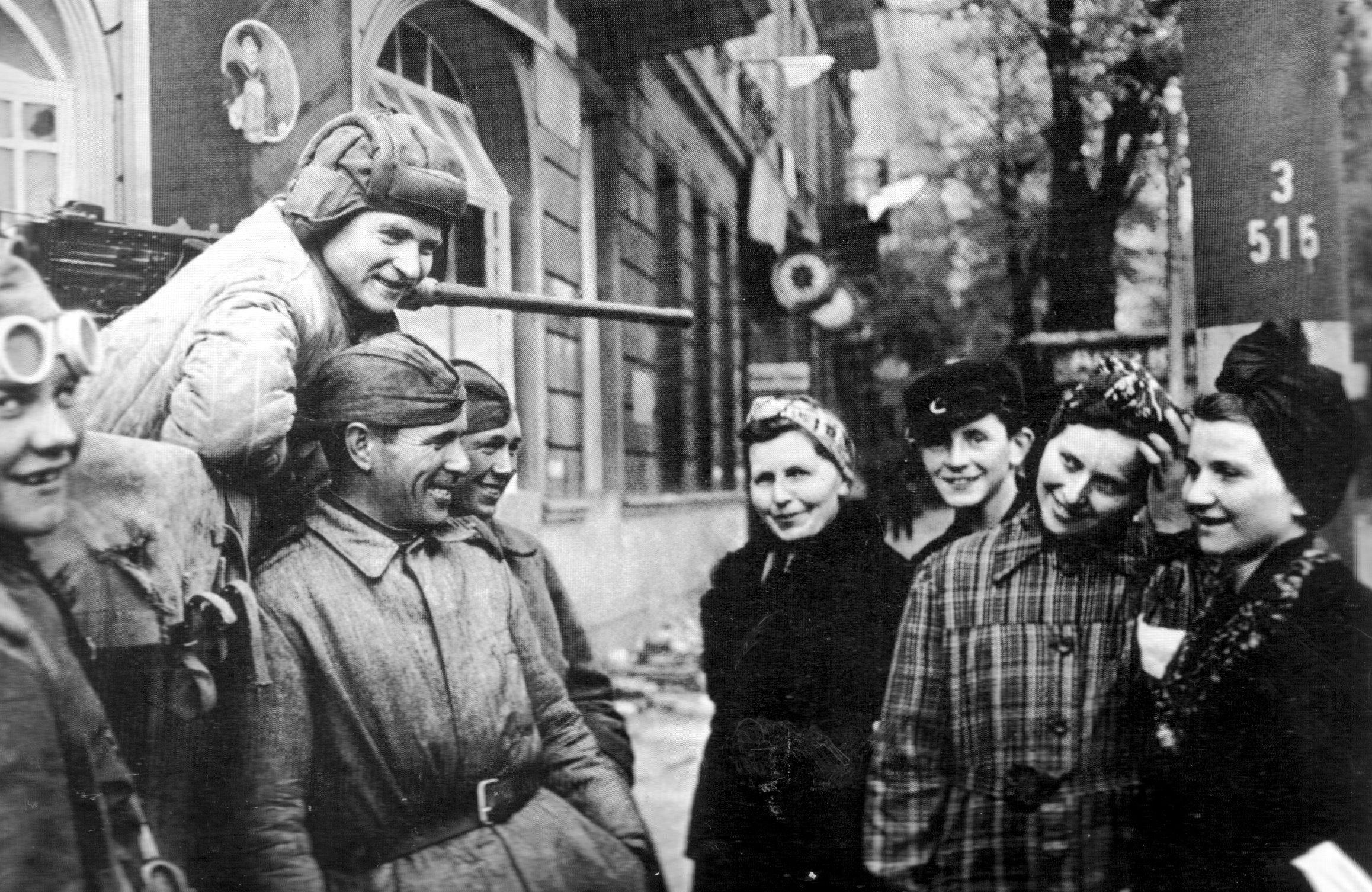 Старые ебут молоденьких 22 фотография