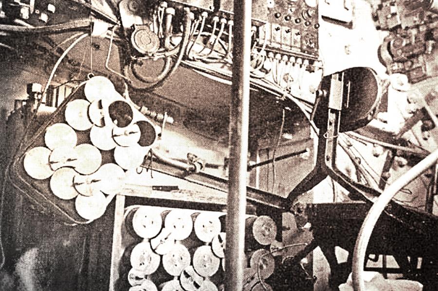 Вид на укладку снарядов с боевого поста заряжающего 75-мм орудия SA-32 Источник – aviarmor.net - Французский танк Char B-1. Часть II | Военно-исторический портал Warspot.ru