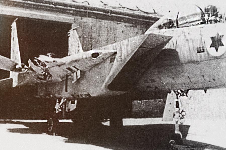 Редкое фото посадки израильского F-15 без одного крыла /Источник: http://img21.imageshack.us/ - 20 интересных фактов из истории истребителей | Военно-исторический портал Warspot.ru