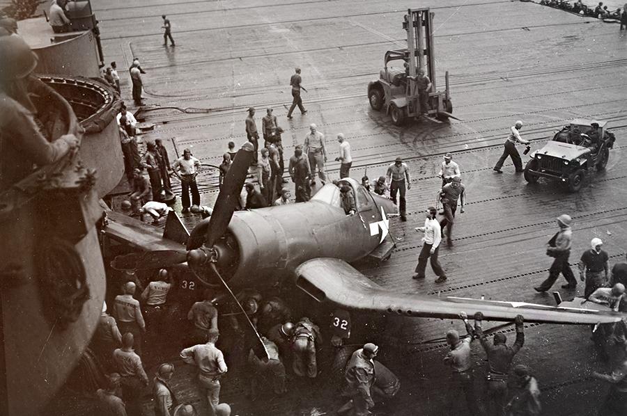 Посадка на палубу /Источник: http://waralbum.ru/ - 20 интересных фактов из истории истребителей | Военно-исторический портал Warspot.ru
