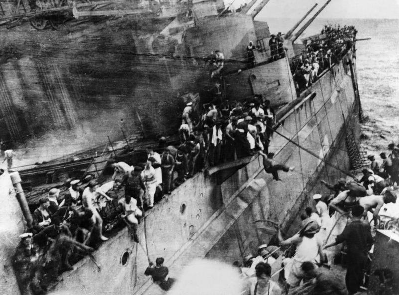 Экипаж покидает тонущий «Принц Уэльский», 10 декабря 1941 года Источник: mail.alternathistory.org.ua - Жертва японских торпедоносцев | Военно-исторический портал Warspot.ru
