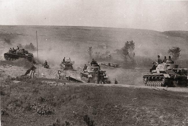 Танки немецкой 16-й танковой дивизии движутся на Сталинград  Источник - asisbiz.com - Немецкие танки у Волги | Военно-исторический портал Warspot.ru
