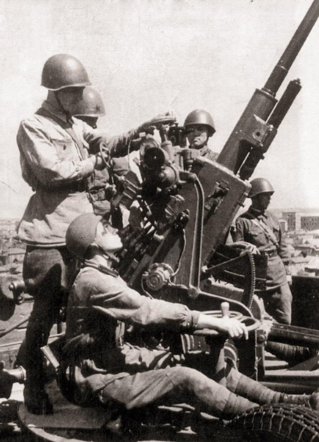Расчёт 37-мм автоматической зенитной пушки 61-К на боевой позиции в районе Сталинграда  Источник - etoretro.ru - Немецкие танки у Волги | Военно-исторический портал Warspot.ru