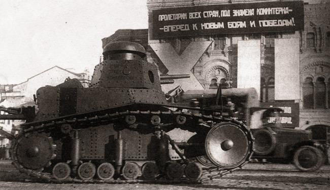 Танк Т-18 (или МС-1 – «малый сопровождения») на параде 7 ноября 1929 года  Источник – bronetehnika.narod.ru -  Первый советский серийный танк | Военно-исторический портал Warspot.ru