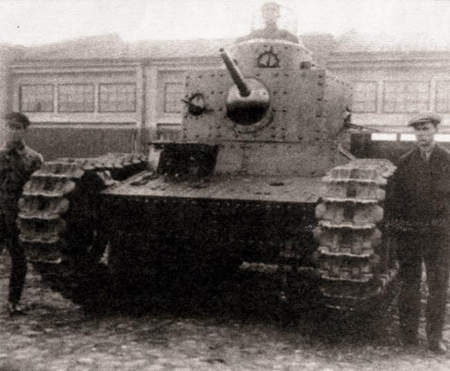 Танк Т-12 на заводском дворе  Источник – alternathistory.org.ua -  Первый советский серийный танк | Военно-исторический портал Warspot.ru