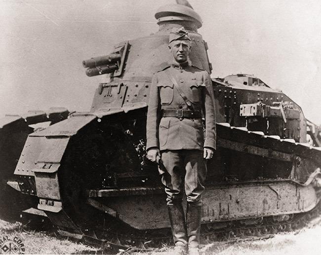 Джордж Паттон на фоне французского танка Renault FT17, 1918 год  Источник: en.wikipedia.org - 10 фактов о генерале Паттоне | Военно-исторический портал Warspot.ru