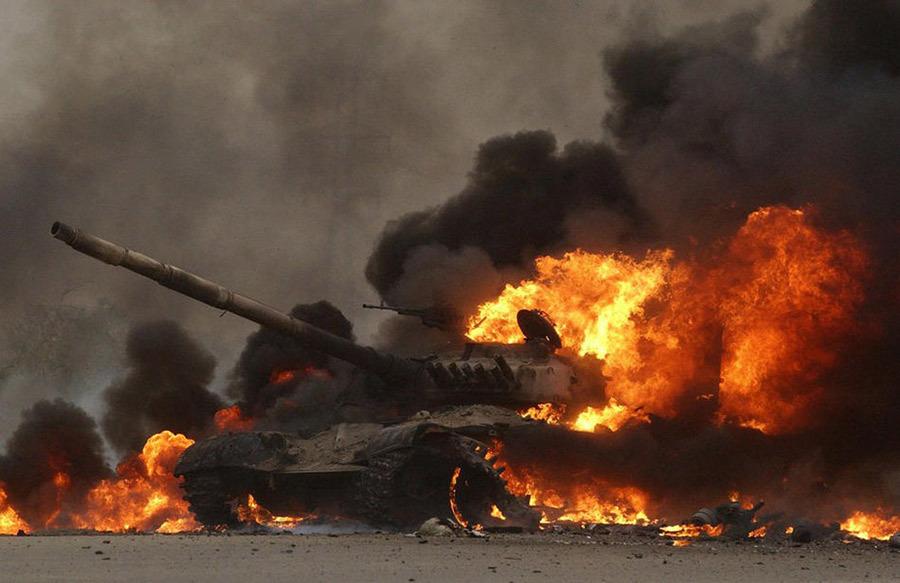 Иракский танк Т-72, горящий на окраине Саддам-Сити Источник — paraparabellum.ru - Самый спортивный танк в мире   Военно-исторический портал Warspot.ru
