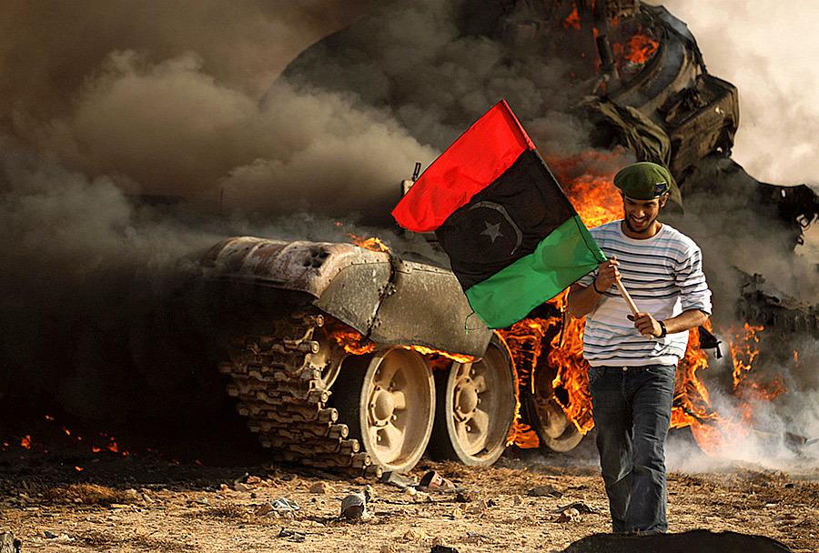 Ливийский повстанец на фоне горящего танка Т-72 Источник — photoblog.nbcnews.com - Самый спортивный танк в мире   Военно-исторический портал Warspot.ru