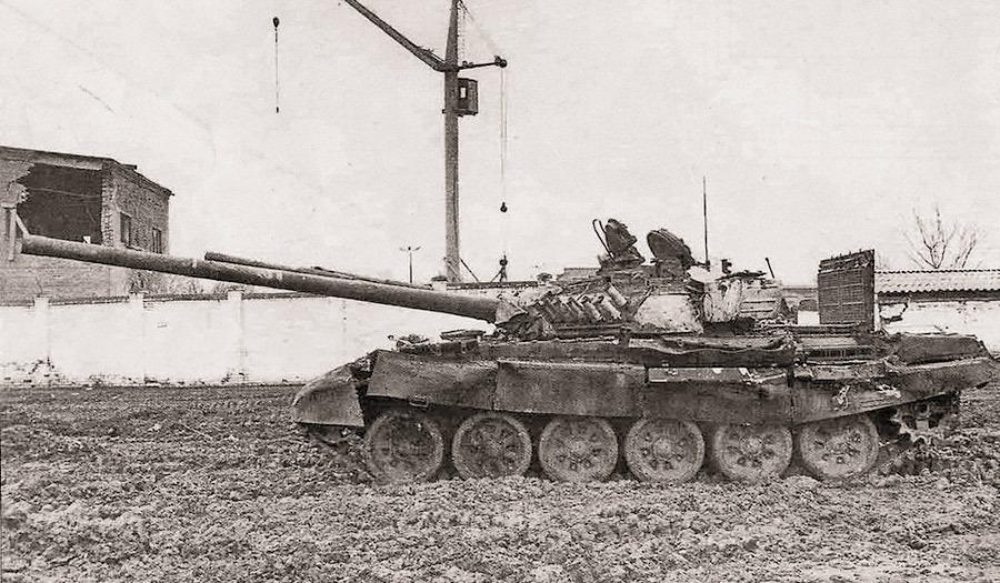 Трофейный танк Т-72А, захваченный федеральными войсками у незаконных вооружённых формирований в ходе боев в Грозном. За характерные башни, окрашенные белой известью, эти машины получили прозвище «белые вороны» Источник — arm.boltai.com - Самый спортивный танк в мире   Военно-исторический портал Warspot.ru