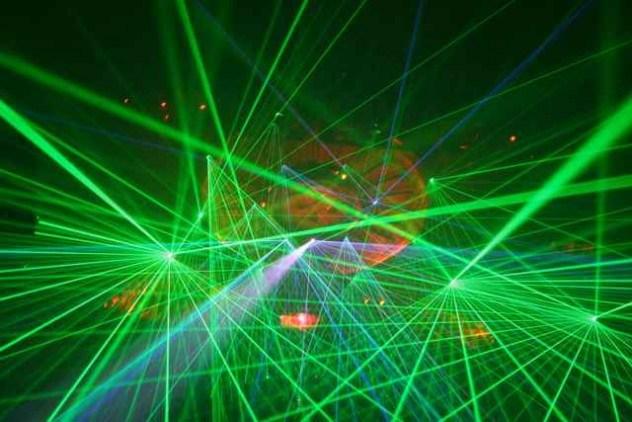 Самый мощный лазер в мире находится в Ливерморской национальной лаборатории в Калифорнии (США). В лаборатории используют 192 лазера, лучи которых сходятся в одной точке и на пиковой нагрузке выдают сумарную мощность в 500 триллионов ватт muzznews.com - Лазер видит бомбу за версту | Военно-исторический портал Warspot.ru