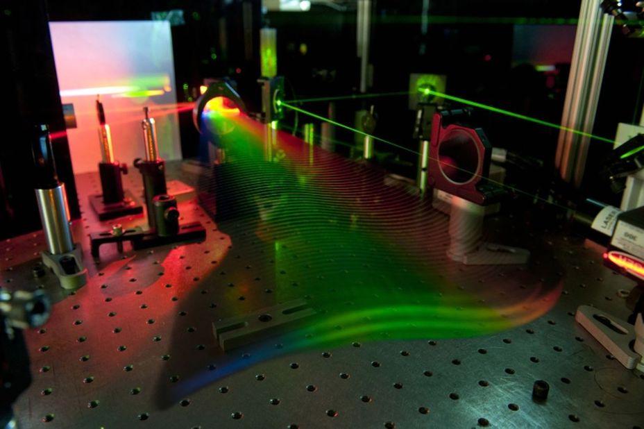 Ученый Мичиганского университета (США) Маркос Дантус разработал лазер-детектор, который может обнаружить в воздухе или на земле мельчайшие следы взрывчатки gizmonews.ru - Лазер видит бомбу за версту | Военно-исторический портал Warspot.ru