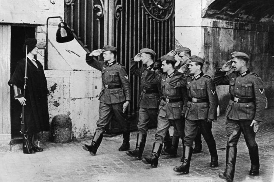 Солдаты Вермахта и часовой папской гвардии в 1942 году Источник: paraparabellum.ru - Воинство Святого Престола | Военно-исторический портал Warspot.ru