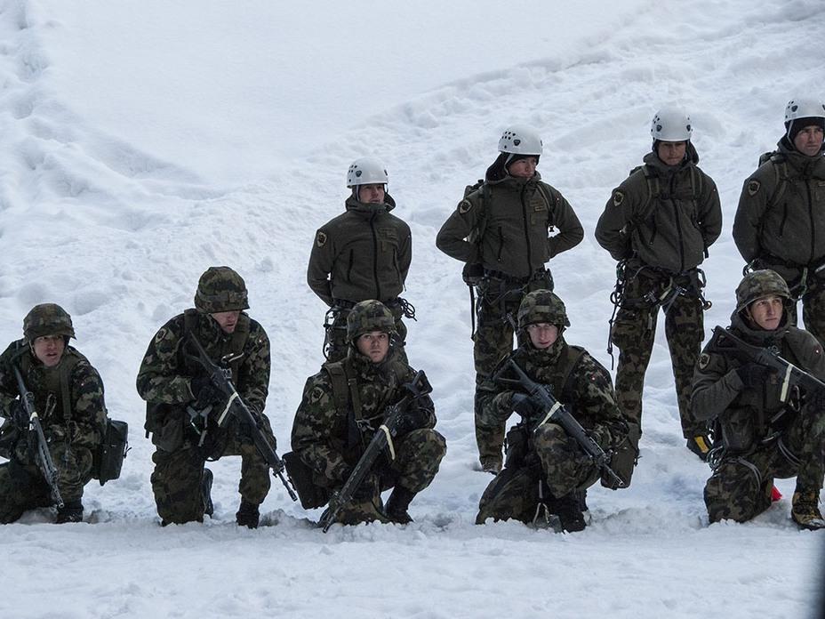 Солдаты на занятиях по зимнему альпинизму (http://genevalunch.com) - Армия – это народ. Народ – это армия   Военно-исторический портал Warspot.ru