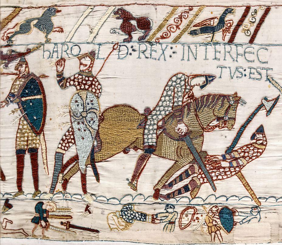 Возможно, именно этот фрагмент гобелена из Байё породил версию о смерти Гарольда от попавшей в глаз стрелы. Здесь изображён пеший воин, пытающийся вытащить стрелу из глаза, а также нормандский рыцарь, разящий мечом английского воина с секирой. Надпись, гласящая «Здесь был убит король Гарольд», располагается над всеми тремя одновременно topwar.ru - Норвежское и нормандское вторжения в Англию | Военно-исторический портал Warspot.ru