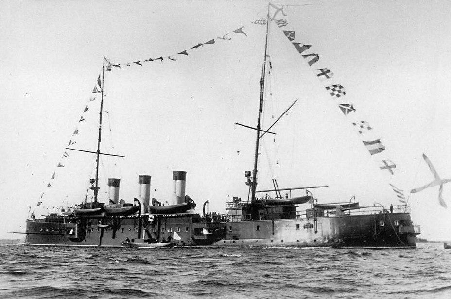 «Светлана» во время высочайшего смотра в Ревеле, 26 сентября 1904 года. Хорошо видно 75-мм орудие, установленное на крыше спонсона левого кормового 152-мм орудия Источник – tsushima.su - Крейсер-яхта для великого князя | Военно-исторический портал Warspot.ru