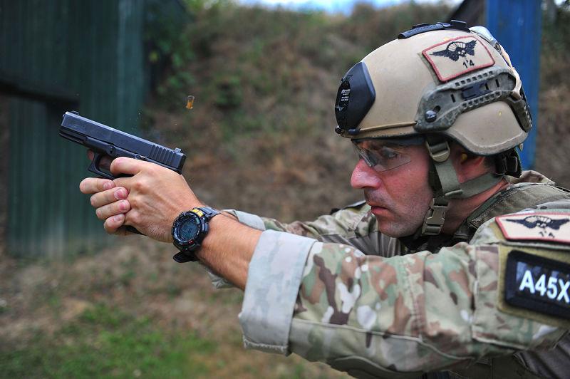 «Морской котик» с пистолетом Glock 19 foxtrotalpha.jalopnik.com - «Морские котики» выбрали новые пистолеты | Военно-исторический портал Warspot.ru