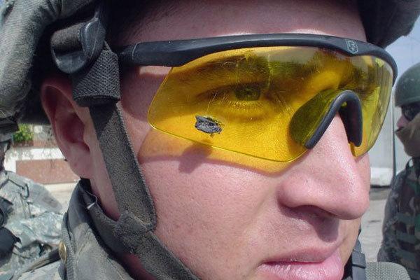 Баллистические очки – одна из важных деталей экипировки. На фото – лейтенант Энтони Агилар с осколком бомбы, застрявшим в очках military.com - Американским солдатам облегчат амуницию | Военно-исторический портал Warspot.ru