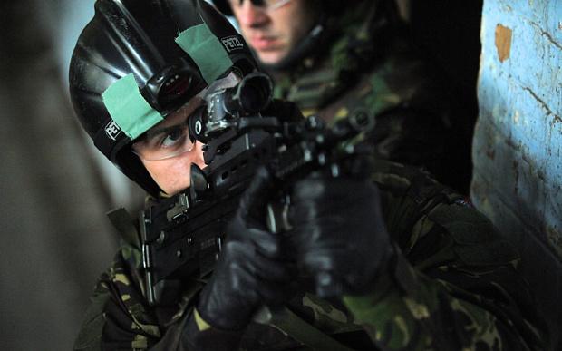 Британский морпех с автоматом L85A2 telegraph.co.uk - Британские морпехи вооружаются «кольтами» | Военно-исторический портал Warspot.ru