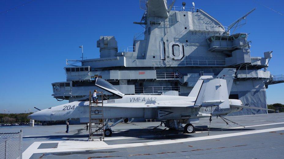 Истребитель F/A-18 Hornet на борту авианосца Yorktown, используемого в качестве музея breakingdefense.com - День дурака с оружием в руках | Военно-исторический портал Warspot.ru