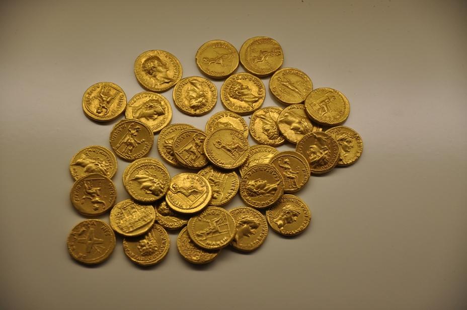 Клад из 35 ауреев 1-й половины I в. н.э. Римская денежная система включала монеты из золота, серебра и медных сплавов. Соотношение номиналов монет различных монетных типов в I в. н.э. имело следующий вид: 1 ауреус (аурей) = 25 денариям = 100 сестерциям = 200 дупондиям = 400 ассам - Военный бюджет Римской империи | Военно-исторический портал Warspot.ru