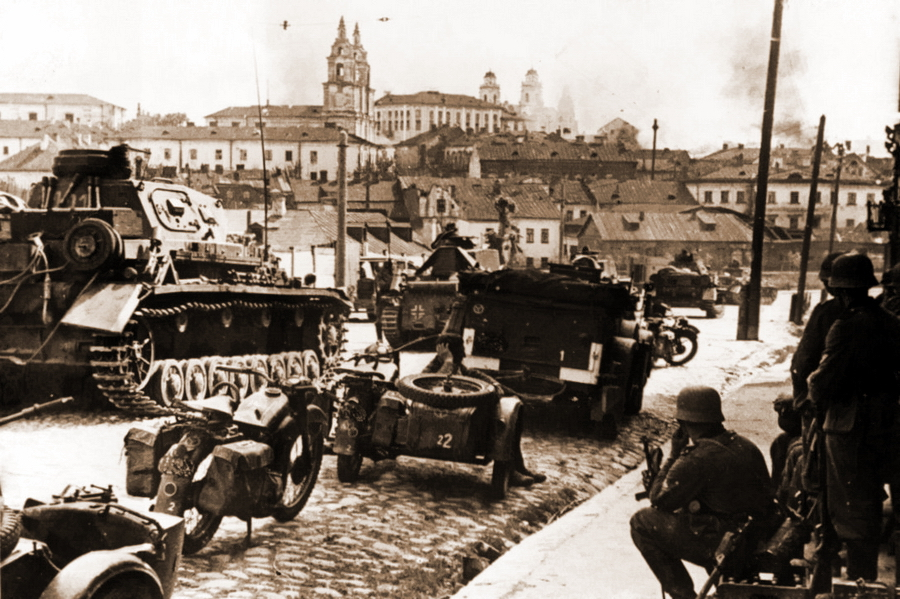 Немецкие войска входят в Минск. Город был оставлен 28 июня, на седьмой день войны - Правда и ложь в военной пропаганде | Военно-исторический портал Warspot.ru
