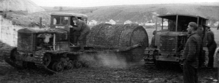 На снимке сразу два типа тракторов, производство которых немцы освоили в Харькове. Разница не только в кабинах, но и в гусеницах - Импровизация в промышленных масштабах | Военно-исторический портал Warspot.ru