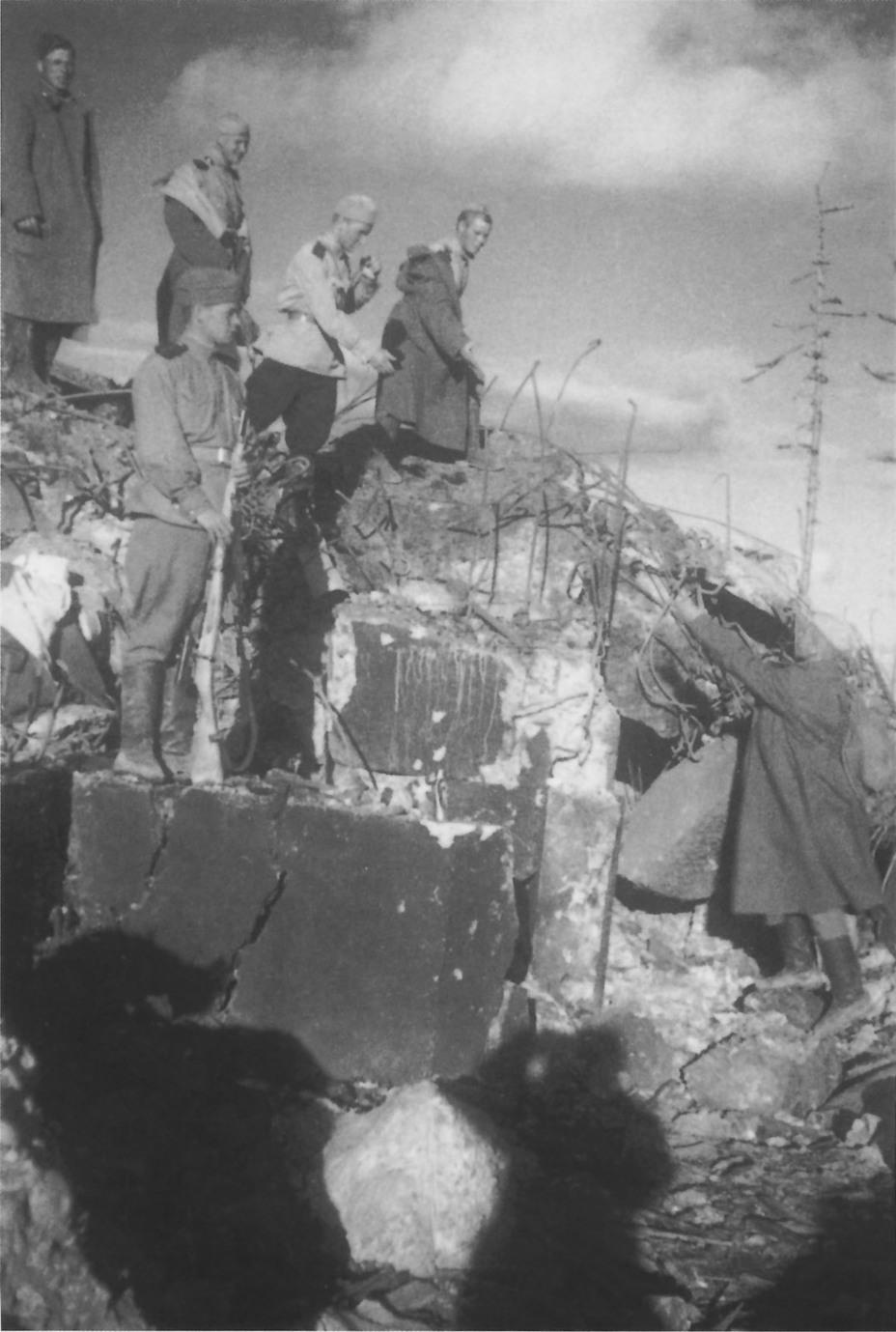 Советские солдаты на одном из дотов Харамитогского укрепрайона, подорванном сапёрами 165-го стрелкового полка во время Южно-Сахалинской наступательной операции waralbum.ru - Красная армия против японских дотов | Военно-исторический портал Warspot.ru