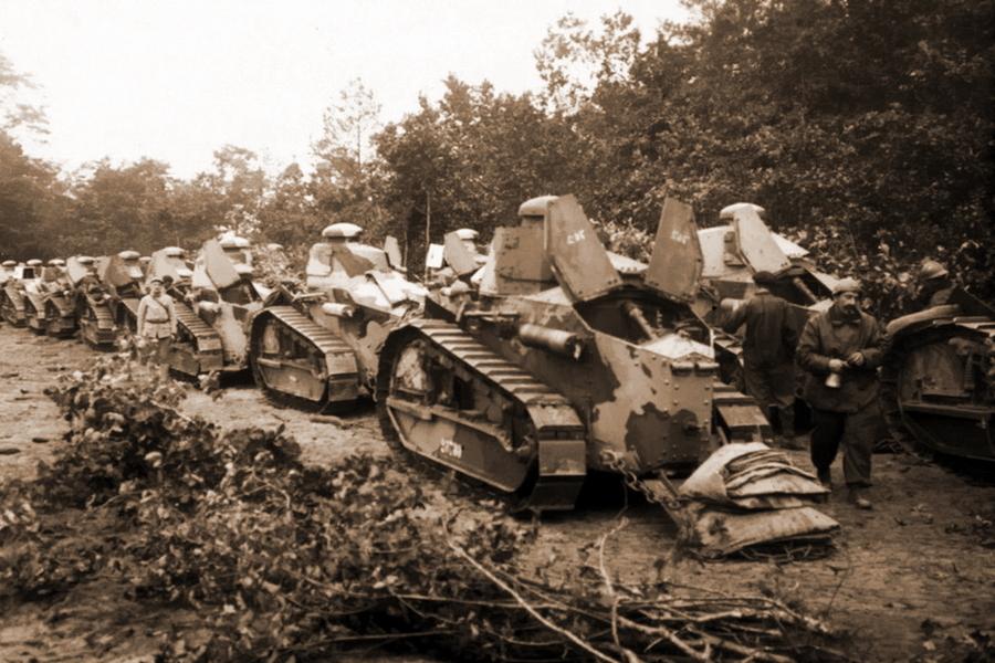 Колонна французских танков «Рено» FT-17 в камуфляжной окраске. Похожие схемы дожили у французов до Второй мировой - Замаскироваться, чтобы выжить | Военно-исторический портал Warspot.ru