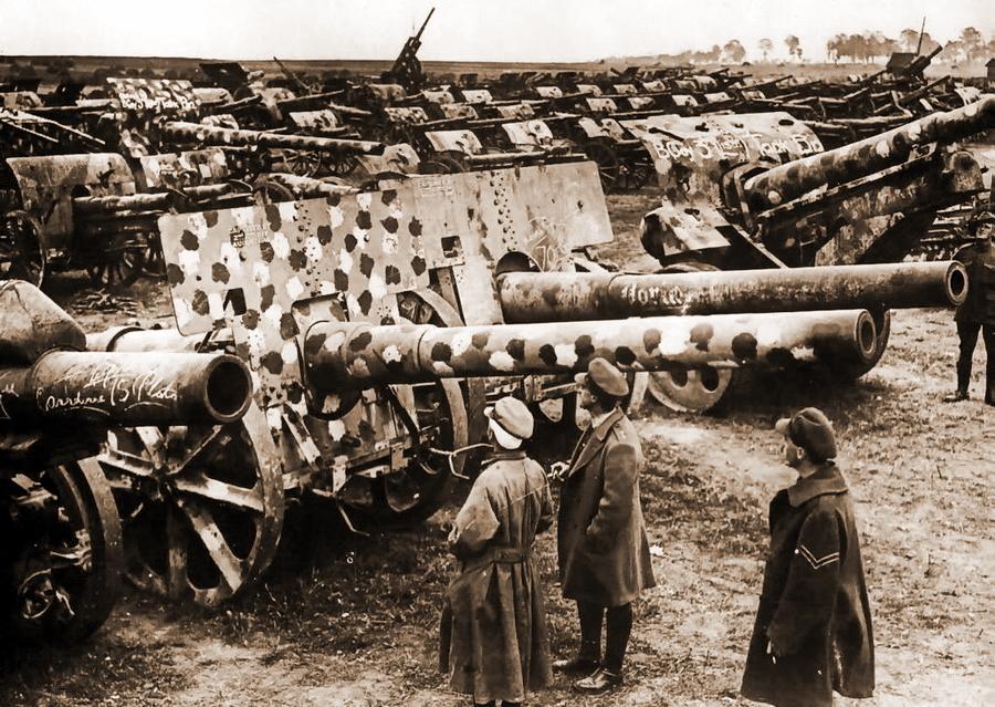 Англичане рассматривают трофейные немецкие орудия, камуфлированные мелкими разноцветными пятнами - Замаскироваться, чтобы выжить | Военно-исторический портал Warspot.ru