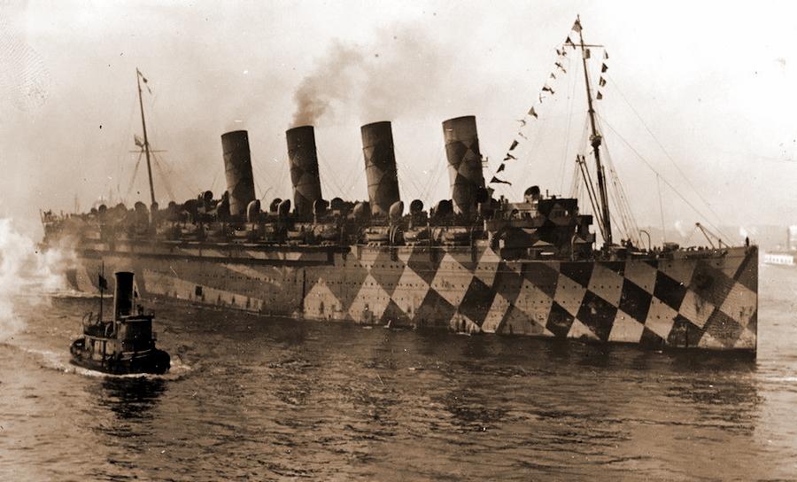 Разновидностей «ослепляющего камуфляжа» было великое множество, причём мода на него не прошла и до начала Второй мировой войны. Основным его предназначением было деформировать силуэт корабля, не давая оценить его размеры, скорость, направление движения. На снимке британский войсковой транспорт «Мавритания» (RMS Mauretania) - Замаскироваться, чтобы выжить | Военно-исторический портал Warspot.ru