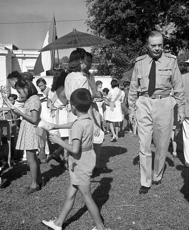 Генерал-губернатор ван Моок прогуливается по Джакарте, 1947 год - Рождение Индонезии: голландцы возвращаются | Военно-исторический портал Warspot.ru