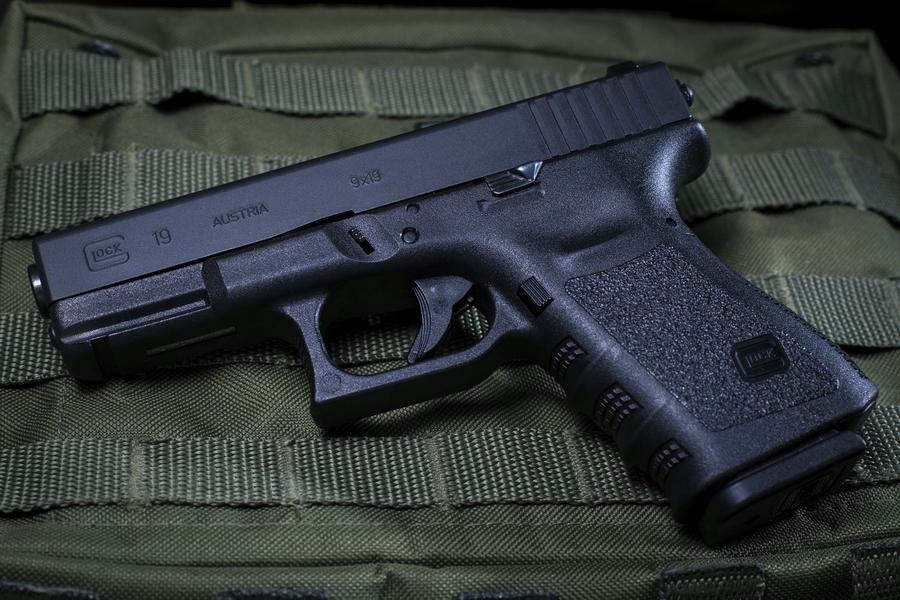 Glock 19 — компактная модификация исходного Glock 17, отличается укороченным стволом (102 мм против 114 мм) и штатным магазином на 15 патронов вместо магазина на 17 патронов у Glock 17 - «Глок» – простой, как лопата | Военно-исторический портал Warspot.ru