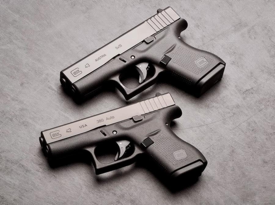 Glock 42 и Glock 43 — две субкомпактные «тонкие» модели под патрон .380 ACP и 9×19 мм Парабеллум соответственно. Это первые модели «Глока» под однорядный магазин емкостью в шесть патронов - «Глок» – простой, как лопата | Военно-исторический портал Warspot.ru