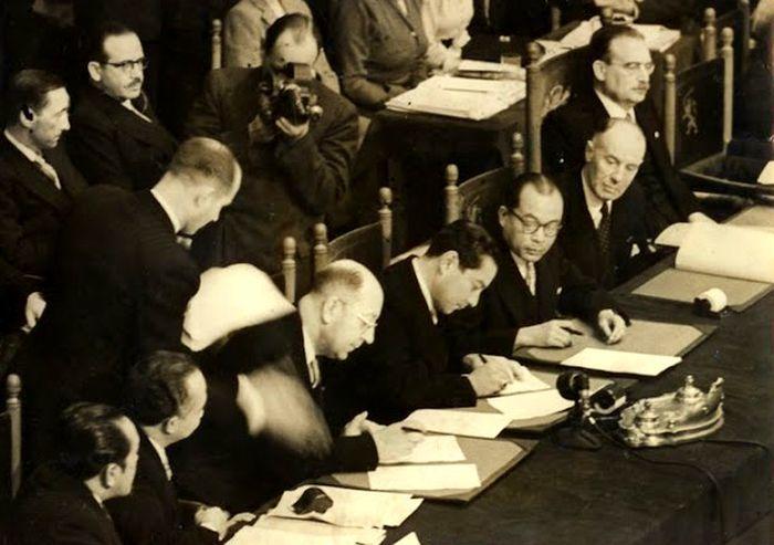 Подписание соглашения по итогам конференции в Гааге, октябрь 1949 года - Рождение Индонезии: победа над федерализацией | Военно-исторический портал Warspot.ru
