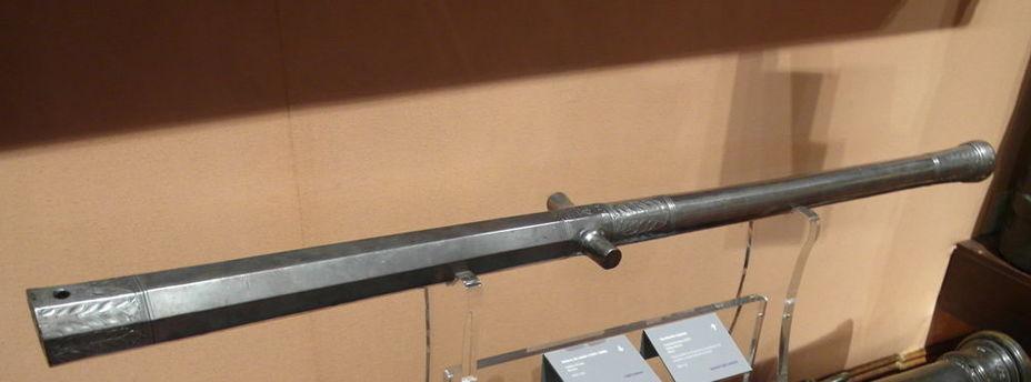 Испанская малокалиберная пушка-«sacabuche» 1557 года, фактически — тяжёлая гаковница. Ствол ковано-сварной, длиной 1,393 м, калибр 35 мм. Wikimedia Commons - «Nomen certe novum»: явление аркебузы и мушкета | Военно-исторический портал Warspot.ru