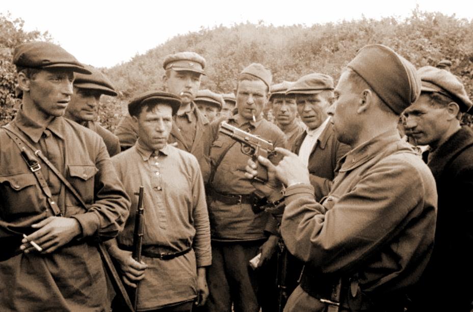 Командир Красной армии в звании капитана показывает устройство «Браунинга» GP-35 партизанам (или ополченцам). Фотография сделана в районе Смоленска в августе 1941 года - Последний пистолет гения | Военно-исторический портал Warspot.ru