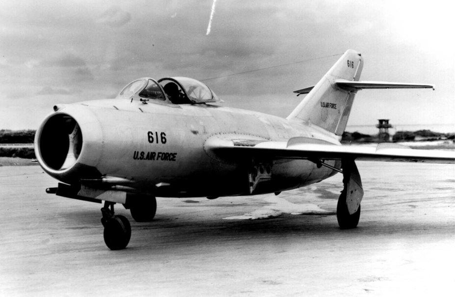 МиГ-15бис в ВВС США, с закрашенными опознавательными знаками. wikimedia.org - «МиГ» и «Сейбр»: захватить и изучить | Военно-исторический портал Warspot.ru