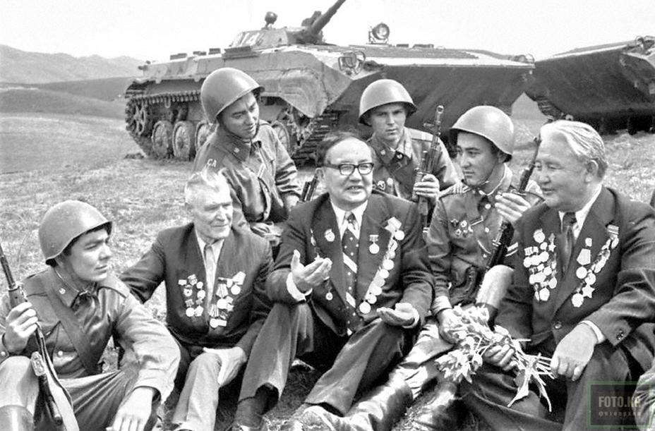 Ветераны Панфиловской дивизии с солдатами и младшими командирами Советской Армии . Алма-Ата, август 1981 года. http://www.foto.kg/ - Панфилов и панфиловцы | Военно-исторический портал Warspot.ru
