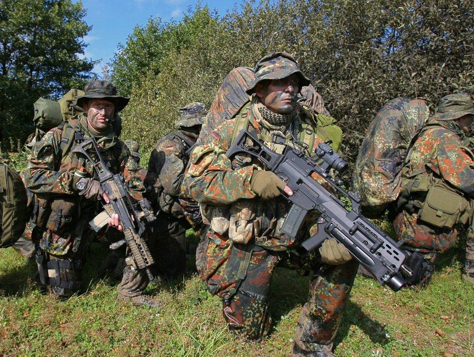 Немецкие военнослужащие, вооруженные винтовкой G36 wethearmed.com - Heckler & Koch сужает рынок сбыта | Военно-исторический портал Warspot.ru