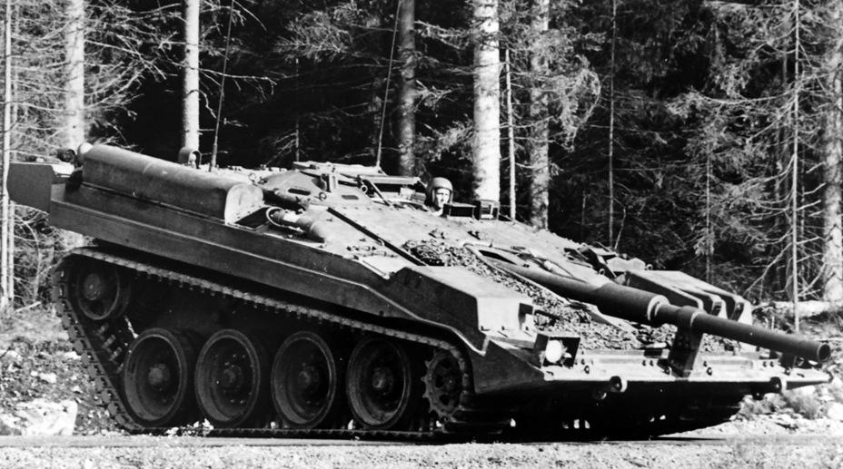?У этого танка уже есть сзади ящики ЗИП, а на правом коробе виден макет курсового пулемёта (или автоматической пушки) - Удивительный танк Strv 103 | Военно-исторический портал Warspot.ru