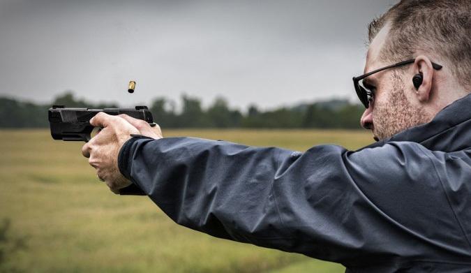 Пистолет Hudson H9 в руках стрелка recoilweb.com - «Кольт» XXI века | Военно-исторический портал Warspot.ru
