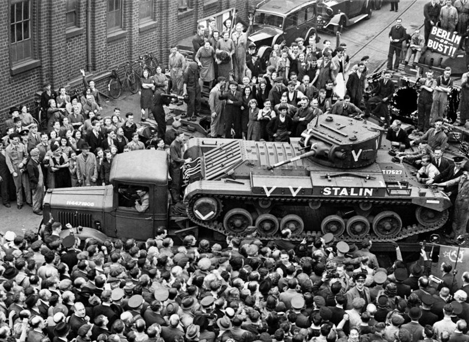 Торжественный митинг, посвященный передаче первых «Валенайнов» для Красной Армии. Завод BRC&W, 28 сентября 1941 года - Английская поддержка для советской пехоты | Военно-исторический портал Warspot.ru