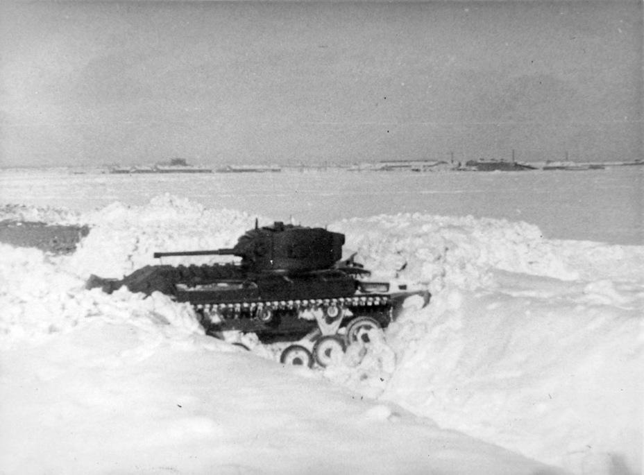 Прохождение танком двух снежных валов. На преодоление этого препятствия танку понадобилось 14 минут - Английская поддержка для советской пехоты | Военно-исторический портал Warspot.ru