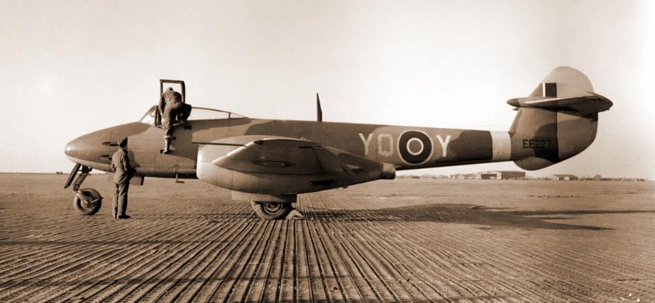 «Метеор» Mk.I 616-й эскадрильи, Манстон, конец 1944 года. Самолет уже не считается совершенно секретным и не требует постоянной охраны. А 29 августа именно на нем флайт-лейтенант Бэрри выполнил последний боевой вылет в летней «антидайверской» кампании 1944 года - Цвета военного неба: «Метеоры», прилетевшие с запада | Военно-исторический портал Warspot.ru