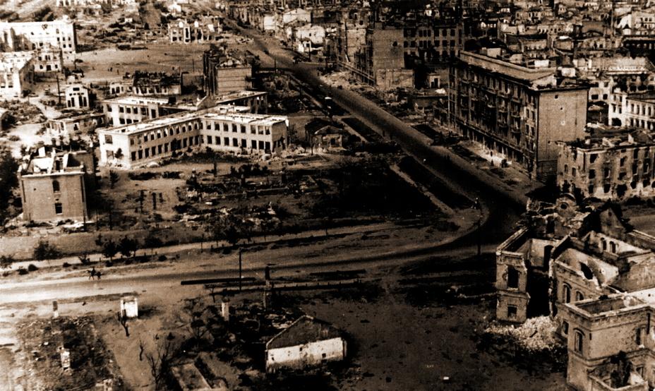 Послевоенное фото, перспектива улицы Коммунистической в сторону привокзальной площади. В правом нижнем углу видны развалины пожарной части. В левом верхнем углу — центральный вокзал. - Неизвестный Сталинград:<br /> Городской сад   Военно-исторический портал Warspot.ru