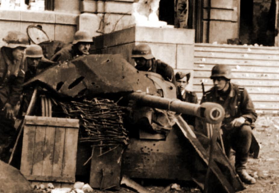 Немецкие солдаты из 71-й пехотной дивизии и замаскированная пушка PaK 38 у восточного фасада Дворца физкультуры и спорта — одного из зданий, захваченных 21 сентября. - Неизвестный Сталинград:<br /> Городской сад   Военно-исторический портал Warspot.ru