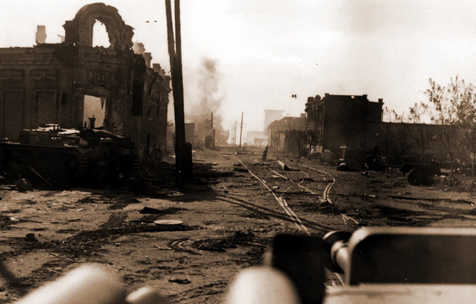 24 сентября, на перекресток Краснознаменской и Коммунистической улиц выехали два самоходных орудия 244-го артиллерийского дивизиона (первое фото серии в заголовке статьи). Имена командиров «штугов» известны: машиной слева у здания командовал лейтенант Ульрих Хемпель (Ullrich Hempel), второй — обер-вахмистр Карл Пфройдтнер (Karl Pfreundtner). Незадолго до снимка вторая самоходка выстрелила по замеченному вдали советскому танку, от которого поднимается столб дыма. Скорее всего, машина принадлежала 6-й ТБр, судьба экипажа неизвестна. - Неизвестный Сталинград:<br /> Городской сад   Военно-исторический портал Warspot.ru