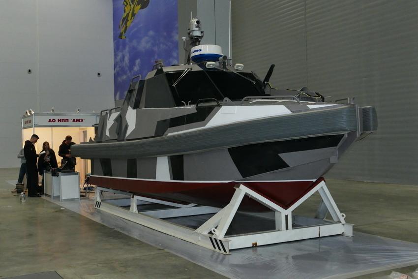 Роботизированный многофункциональный безэкипажный катер, оснащенный системой оптико-электронного мониторинга надводной обстановки разработки компании АО «НПП «Авиационная и морская электроника» sdelanounas.ru - Роботы для поля брани