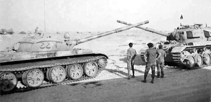Израильский танк «Шот Каль» рядом с захваченным египетским Т-62, Синай, октябрь 1973 2.bp.blogspot.com - Синайский танковый разгром | Военно-исторический портал Warspot.ru