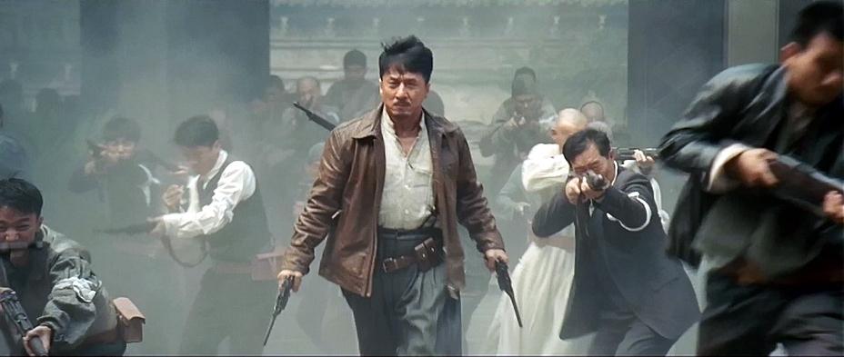 ?Культовый актёр с культовым оружием. Кадр из китайского фильма – Джеки Чан с двумя «маузерами» в руках. - Ваше слово, товарищ «маузер»! | Военно-исторический портал Warspot.ru